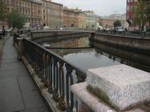 Griboyedov运河的花岗岩堤防有狮子桥梁的看法 库存图片