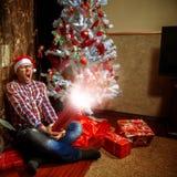 Grida del nerd come si è aperto il suo regalo di Natale Fotografia Stock Libera da Diritti