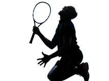 Grida di inginocchiamento del giocatore di tennis dell'uomo immagine stock libera da diritti