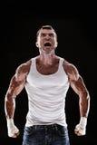 Grida e ruggito muscolari dell'uomo Fotografia Stock