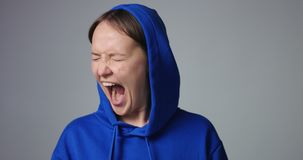 Grida emozionali della donna isolati su bianco video d archivio