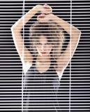 Grida felici della bella donna in vestito variopinto Fotografie Stock Libere da Diritti