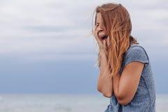 Grida soli e depressi della donna Immagini Stock