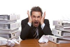 Grida sollecitate dell'uomo di affari frustrate in ufficio Immagini Stock Libere da Diritti