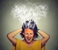 Grida sollecitati della donna frustrati pensando vapore troppo duro che esce da testa Immagine Stock Libera da Diritti