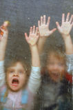 Gridando dietro una barriera Fotografie Stock