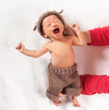 Gridando neonato che è tenuto tramite sua madre fotografia stock libera da diritti