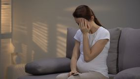 Gridando signora incinta che parla sul telefono, ricevente cattive notizie, depressione e dispiacere stock footage