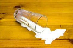 Gridando sopra il latte rovesciato fotografia stock libera da diritti