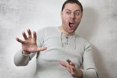 Gridare arrabbiato dell'uomo immagine stock