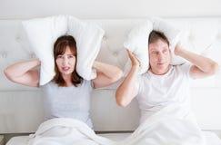 Gridare arrabbiato di medio evo delle coppie caucasiche della famiglia a letto Concetto di relazione di conflitto Orecchie della  fotografia stock