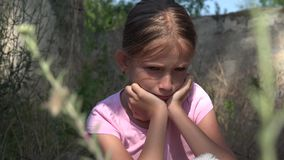 Gridare bambino infelice con le memorie tristi, bambino senza tetto smarrito, abbandonato, misero archivi video