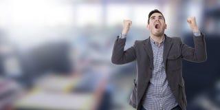 Gridare dell'uomo infuriato con le armi alzate Fotografia Stock Libera da Diritti