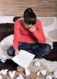 Gridare della donna, leggente lettera fotografia stock