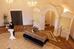 Gridare donna vicino alla bara al funerale in chiesa immagini stock libere da diritti