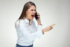 Gridare emozionale della donna di affari arrabbiata del capo con il telefono cellulare Immagini Stock Libere da Diritti