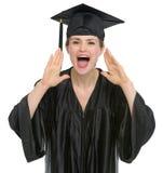 Gridare femminile dell'allievo di graduazione Fotografie Stock Libere da Diritti