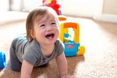 Gridare il ragazzo del bambino che gioca con i suoi giocattoli fotografia stock libera da diritti