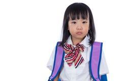 Gridare la piccola ragazza cinese asiatica dello studente con la borsa di scuola Immagine Stock Libera da Diritti