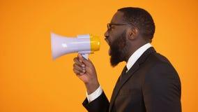 Gridare maschio afroamericano al megafono, alle vendite ed agli sconti, pubblicità video d archivio
