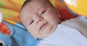 Gridare neonato alla culla d'oscillazione stock footage