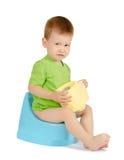 Gridare neonato che si siede su un potty Immagini Stock