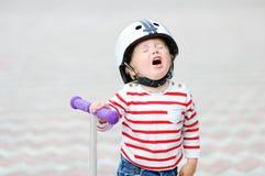 Gridare ragazzo nel casco di sicurezza con il motorino Fotografia Stock Libera da Diritti