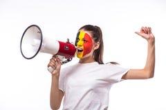 Gridi sul tifoso belga del megafono nell'appoggio del gioco della squadra nazionale del Belgio immagini stock