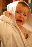 Grido della bambina in dressing-gown Fotografie Stock
