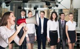 Grido della donna di affari al megafono Fotografie Stock