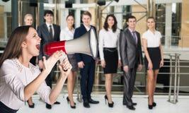 Grido della donna di affari al megafono Fotografie Stock Libere da Diritti