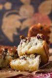 Grieß-Kuchen mit Rosinen Stockbild