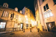 Griechengasse, een smalle steenstraat bij nacht, dichtbij Schwedenplat royalty-vrije stock afbeelding