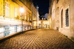 Griechengasse, een smalle steenstraat bij nacht, dichtbij Schwedenplat royalty-vrije stock foto's