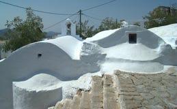 Griechenland, die Insel von Amorgos Zwei Kapellen und ein Treppenhaus lizenzfreie stockbilder