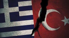 Griechenland gegen die Türkei-Flaggen auf gebrochener Wand Stockfotos