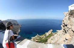 Griechenland-Inselansicht und -flagge stockfotos