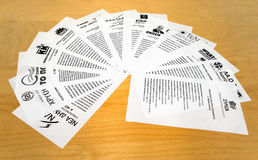 GRIECHENLAND 25. JANUAR 2015: Stimmzettel von griechischen politischen Parteien Stockbild