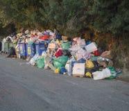 Griechenland, Korfu, Agios Georgios, am 26. September 2018: Stapel des Abfalls auf Asphaltstraße, overfloating Abfalleimer, wegen lizenzfreie stockbilder