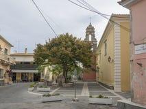 Griechenland, Korfu, Doukades, am 28. September 2018: Altes Quadrat mit großem Lindenbaum und den Tavernen- und traditionellen St lizenzfreie stockbilder