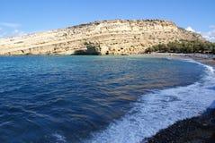 Griechenland, Kreta, Matala, eine Ansicht zu den Klippen und zu den Höhlen lizenzfreies stockbild