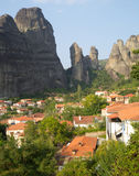 Griechenland-Meteoren: Häuser und Felsen Lizenzfreie Stockbilder