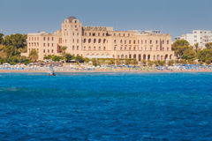 Griechenland, Rhodos - 16. Juli: Kasino-Rhodos-Ansicht vom Meer am 16. Juli 2014 in Rhodos, Griechenland Lizenzfreies Stockbild