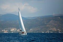 Griechenland-Segeljachtboot in dem Ägäischen Meer stockbild
