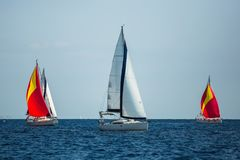 Griechenland-Segeljachtboot in dem Meer Luxuskreuzfahrtsegelsport lizenzfreies stockfoto