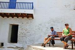 Griechenland, Sifnos-Insel am 23. August 2010 Besucher genießen einen sonnigen Tag in Kastro-Dorf lizenzfreies stockbild