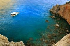 Griechenland-Sommeransicht von Türkismeer und -boot stockbilder