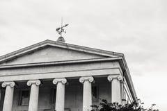 Griechisch-Ähnliches Gebäude mit einem Wetter Vane Atop Stockfoto
