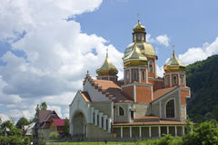 Griechisch-katholische Kirche auf Hintergrund des blauen Himmels und der Wolken Lizenzfreies Stockbild