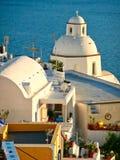 Griechisch-orthodoxe Kirche, die das Ägäische Meer, Santorini, Griechenland übersieht lizenzfreies stockfoto